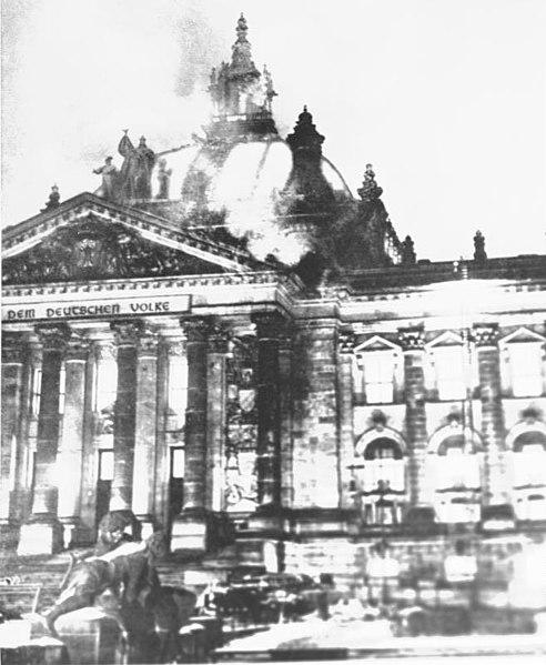 El incendio del Reichstag, utilizado por el nazismo para tomar el poder. Autor: Desconocido, 27/02/1933. Fuente: Bundesarchiv, Bild 183-R99859 (CC BY-SA 3.0)