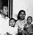 COLLECTIE TROPENMUSEUM Portret van een gezin met twee kinderen TMnr 20000014.jpg