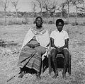 COLLECTIE TROPENMUSEUM Portret van een oudere Masai vrouw en een jongen bij Kajiado TMnr 20014281.jpg