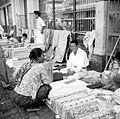 COLLECTIE TROPENMUSEUM Verkoop van textiel langs de Djalan Raya te Bandung West-Java TMnr 10002684.jpg