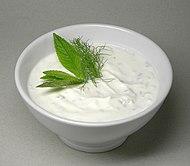 Una ciotola di cac?k, a base di yogurt, cetrioli, aglio, olio e menta