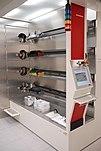 Laadzijde van een horizontale diffusieoven met vier ovenbuizen (achter het ronde deksel) voor thermische oxidatie en voor diffusieprocessen.