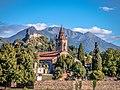 Chiesa San Pietro con castello su sfondo.jpg