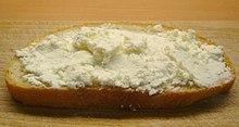 Una fetta di pane spalmata di bryndza