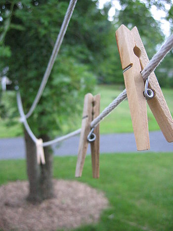 English: A clothes line with some pegs (clothe...