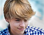 Cole Sprouse interpreta a Cody Martin