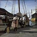 Collectie Nationaal Museum van Wereldculturen TM-20029971 De drijvende markt aan de Handelskade Willemstad Boy Lawson (Fotograaf).jpg