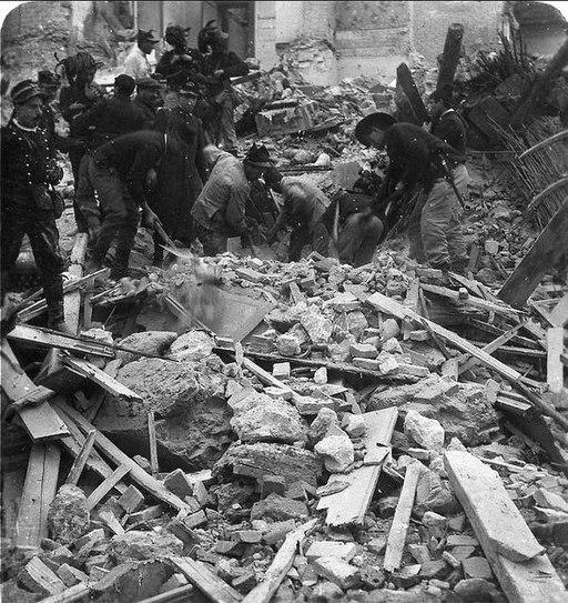 Comerio, Luca (1878-1940) - Bersaglieri scavano fra le macerie dopo il terremoto di Messina (dicembre 1908)