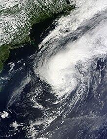 Un'immagine satellitare visibile che raffigura un uragano ben organizzato a est degli Stati Uniti il 28 agosto.