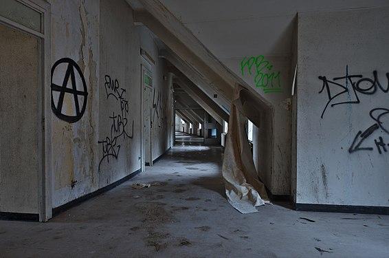 Curved hallway in Sanatorium du Basil, Stoumont, Belgium (DSCF3581).jpg