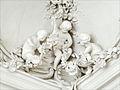 Décor en stuc du salon blanc (Palais de Rundale).jpg