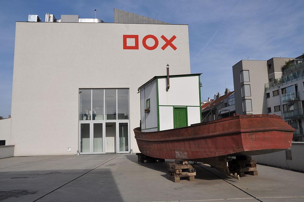Sur le toit/terrasse du musée d'art contemporain Dox à Prague. Photo de Ben Skala.
