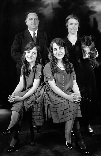 Daisy and Violet Hilton - Daisy and Violet Hilton with the Meyers c. 1927