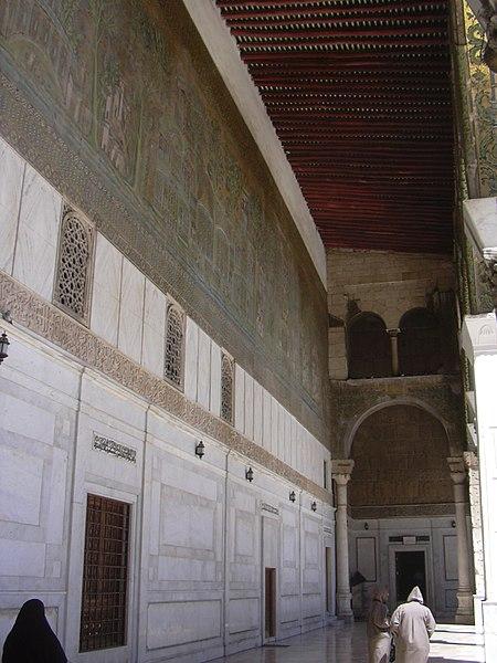 File:Damaskus, Omayadenmoschee, Ansichten vom Moscheehof mit weissem Marmor und Arkaden und dem Glockenhaus (38651201616).jpg