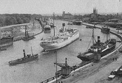 Wejście do Gdańskiego portu, po lewej półwysep Westerplatte i mur otaczający WST, po prawej Nowy Port, ok. 1937