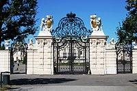 Das rückseitige Eingangstor zum Oberen Belvedere - panoramio.jpg