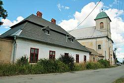 Dlouhá Lhota (Blansko), fara a kostel (6427).jpg