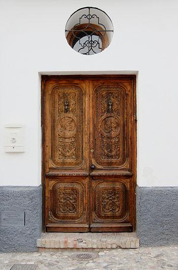 a wooden door in barrio (district) Albayzin, G...