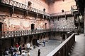 Druhé nádvoří hradu Trakai a zavíračka - panoramio.jpg