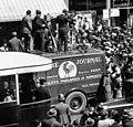 Equipe de reportage et camion du Pathé Journal en action avenue de l'Opéra en 1932.jpg