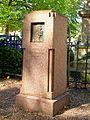 Ermenonville (60), monument pour le prince Léon Radziwill sur la place de la mairie.jpg