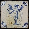 Figgurtegel met cupido met pijl en boog, hoekmotief ossenkop, objectnr 15676.JPG