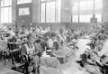 Frauen bei der Arbeit in einer improvisierten Uniformschneiderei - CH-BAR - 3241191.tif