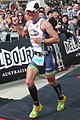 On voit le triathlète belge Fredrrik Van Lierdé, vainqueur en 2013