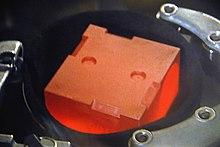 Zářící grafitová kostka obsahující oxid plutonium-238