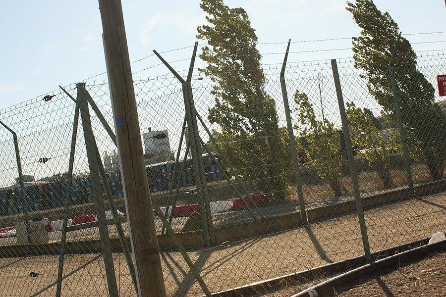 Photo des futs d'uranium stockés sur la partie nord du site de l'usine de Malvési, depuis l'extérieur du site.