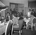 Gasten in de eetzaal van het restaurant, Bestanddeelnr 252-8859.jpg