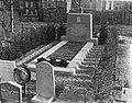 Gedenkteken op begraafplaats Den Haag voor bormbardemen maart 1945, Bestanddeelnr 904-4656.jpg