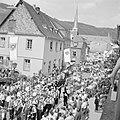 Gezicht op de stoet in de straten van Kröv, Bestanddeelnr 254-3875.jpg