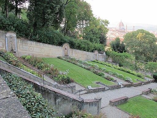 Firenze, Giardino Bardini, la grande scalinata barocca e fontane con fondali a mosaico