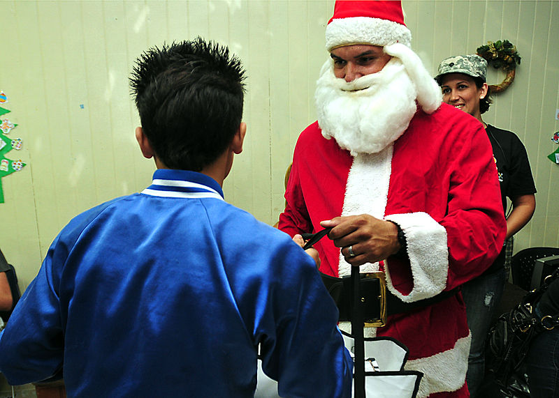 File:Guardsmen, families bring happiness to children in need 131218-A-SM948-242.jpg