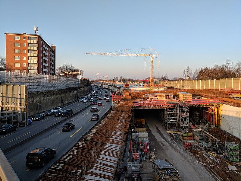 File:Hamburger Deckel - Stellingen - Brücke Kieler Straße (Richtung Norden).jpg