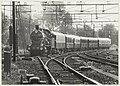 Historische trein in het kader van NS 150, getrokken door Loc 3737 en CIWL rijtuigen met genodigden en pers loopt binnen op spoor 6 in Haarlem. De rit ging van Amsterdam via Haarlem, Leiden , NL-HlmNHA 54023480.JPG
