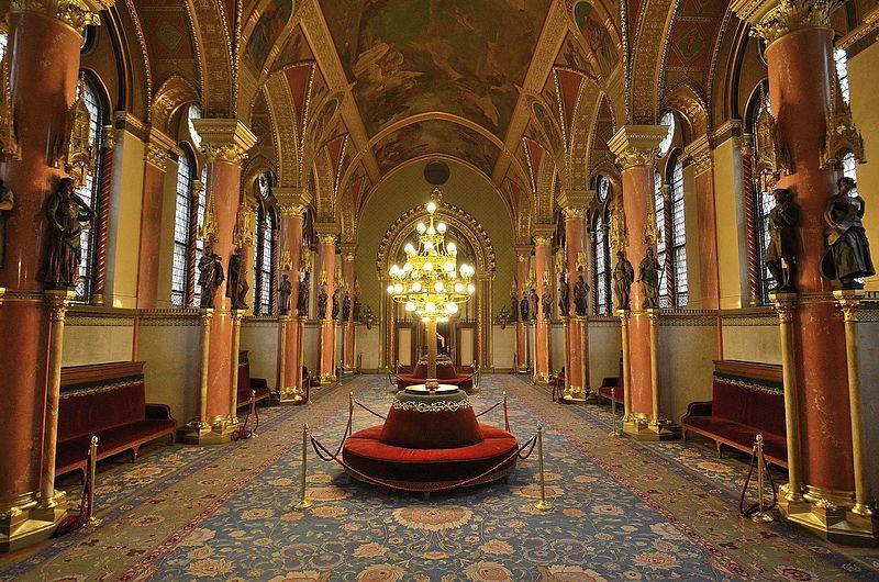 Couloir du Parlement de Hongrie. Photo d'Adrian Grycuk.