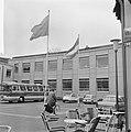 In Zevenaar vlaggen uit op trouwdag Prinses Irene , het gemeentehuis, Bestanddeelnr 916-3627.jpg