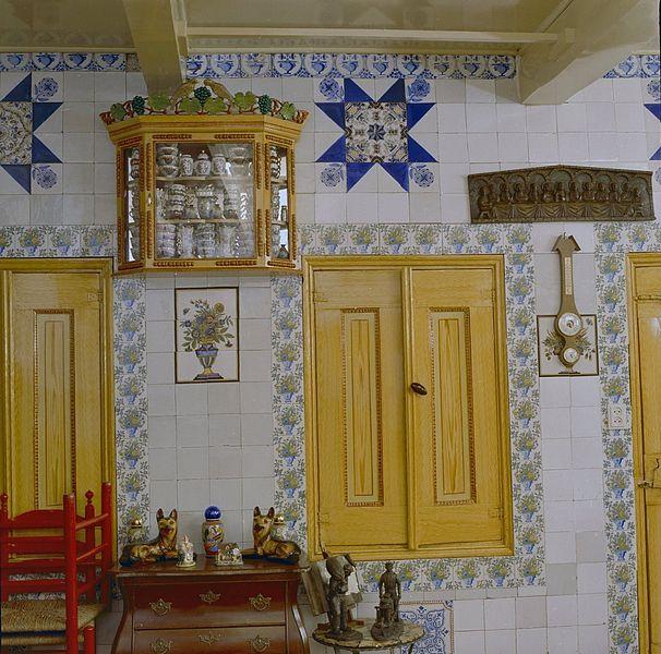 , woonkamer met inbouw servieskast, vitrinekast en betegelde wand ...