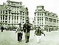Iosif Berman - Copii cântând la vioară în centrul Bucureştiului în perioada interbelică.jpg