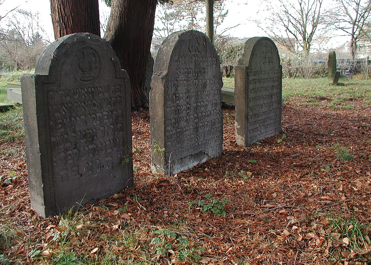 Jüdischer Friedhof Deutz (Köln), Grabmale der Landrabbiner.jpg