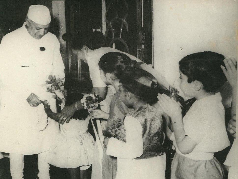 Jawaharlal Nehru with school children at Durgapur copy
