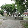 Kašna na Gabrielově náměstí v Chýnově (Q37168498) 01.jpg