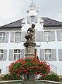 Kalkstein Dorfbrunnen in Arlesheim, Winzerin, 1944 von August Suter (1887–1965) (1).jpg