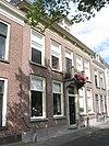 foto van Huis met lijstgevel onder twee evenwijdige dwarse schilddaken met hoekschoorstenen en dakkapel