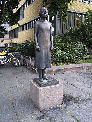 Karin Boye-statyn vid Stadsbiblioket i Göteborg..JPG
