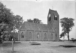 Kerk en toren op verhoogd kerkhof vanuit het noord-oosten - Kloosterburen - 20125942 - RCE.jpg