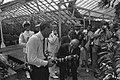 Koningin Juliana en prins Bernhard bezoeken de plantentuin bij het Paleis te Bog, Bestanddeelnr 924-8803.jpg