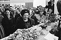 Koningin Juliana toonde belangstelling voor de stand met gegrilde kippen, Bestanddeelnr 915-7359.jpg